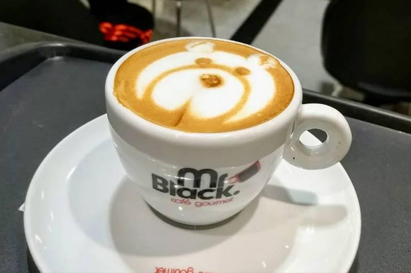 Latte art ou coffee art são as figuras feitas, por um barista, na superfície de bebidas feitas à base de café espresso